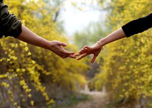 8 τρόποι για να «χτίσετε» την εμπιστοσύνη σε μια σχέση
