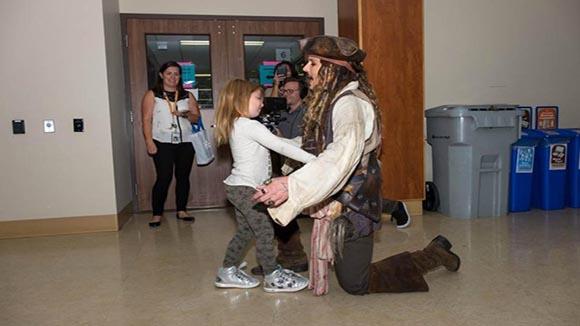 Ο Johnny Depp: Ντύθηκε Jack Sparrow και έκανε έκπληξη σε άρρωστα παιδιά