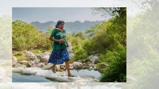 22χρονη Μεξικάνα βγήκε πρώτη σε μαραθώνιο φορώντας φούστα και σανδάλια