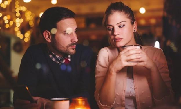 3 τεράστια λάθη στο φλερτ που όλες οι γυναίκες κάνουν