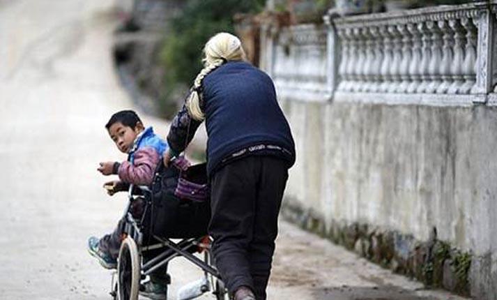 77χρονη γιαγιά περπατά 24 χιλιόμετρα την μέρα για να πηγαίνει στο σχολείο τον 10χρονο ανάπηρο εγγονό της!