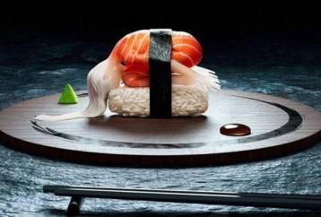 Ανθρώπινα sushi σε στάσεις yoga