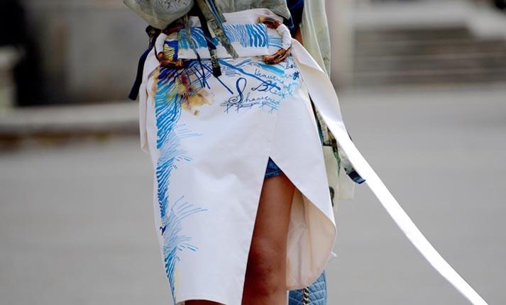 Ασύμμετρη φούστα: Το κομμάτι που κάνει τη διαφορά όλο το χρόνο