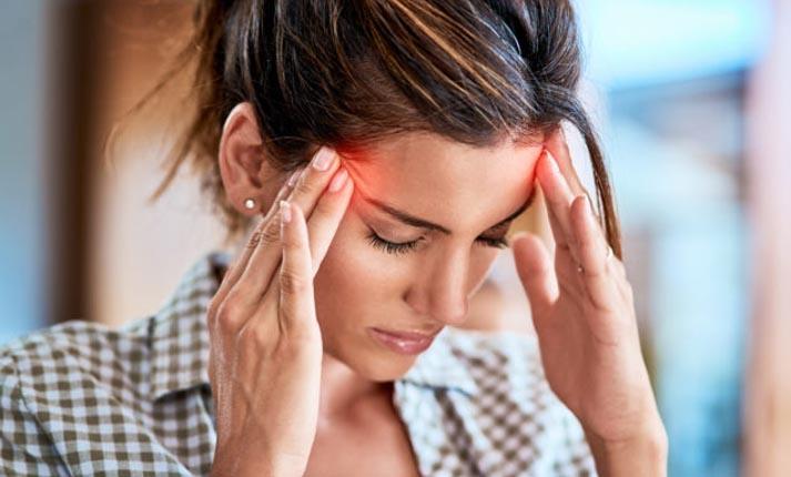 Αθροιστικός πονοκέφαλος: Τι συμπτώματα παρουσιάζει