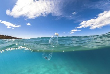 Αυτοδιασπώμενο πλαστικό μπορεί να συμβάλει στη «μάχη» κατά της θαλάσσιας ρύπανσης