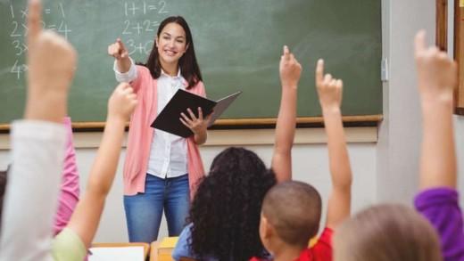 Δάσκαλος, το πρόσωπο που βοηθάει το μαθητή στην κατάκτηση της γνώσης