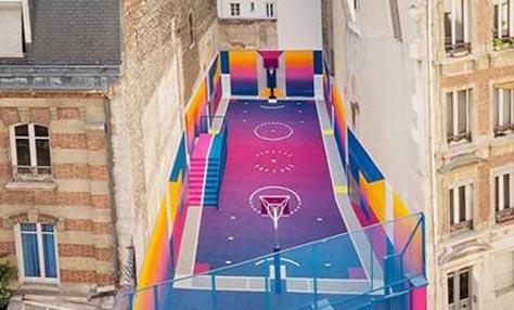 Ένα πολύχρωμο γήπεδο μπάσκετ στο Παρίσι