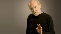 george_carlin_i_megaluteri_morfi_tou_stand_up_comedy_featured