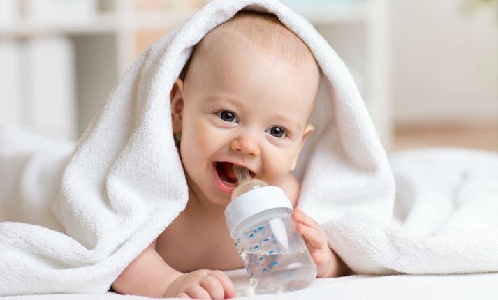 Για ποιόν λόγο τα νεογέννητα μωρά δεν κάνει να πίνουν νερό;