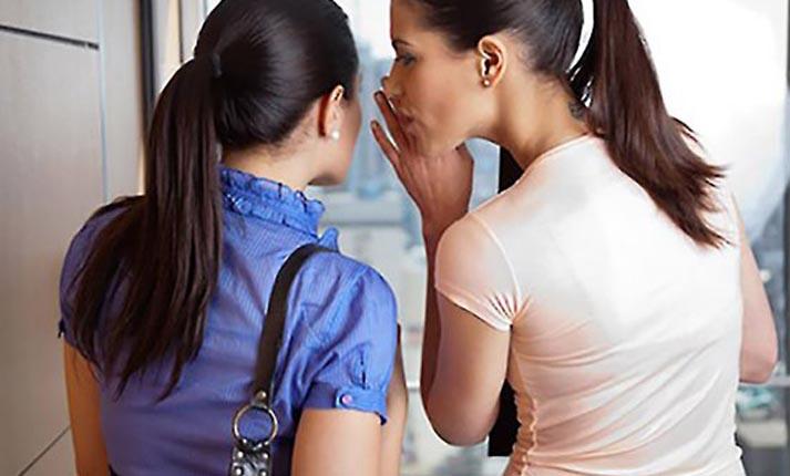 Γιατί πολλοί άνθρωποι λατρεύουν να κουτσομπολεύουν;