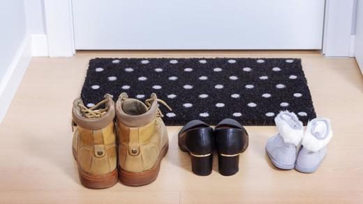 Γιατί πρέπει να βγάζετε τα παπούτσια όταν μπαίνετε σπίτι!