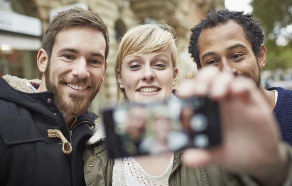 Γιατί συμπαθούμε περισσότερο τους ανθρώπους που μας μοιάζουν;