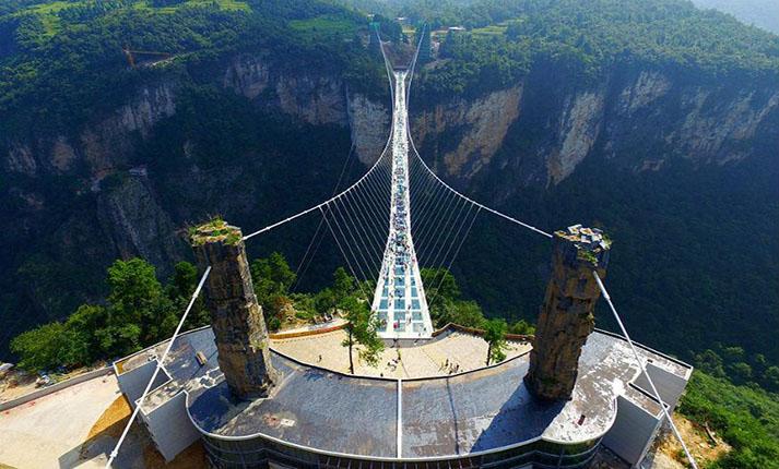 Γυάλινη γέφυρα που προκαλεί δέος