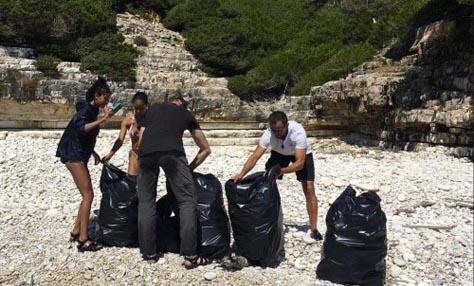 Η οικογένεια του Γουίλ Σμιθ κάνει διακοπές στην Ελλάδα και καθαρίζει τις παραλίες των Αντίπαξων