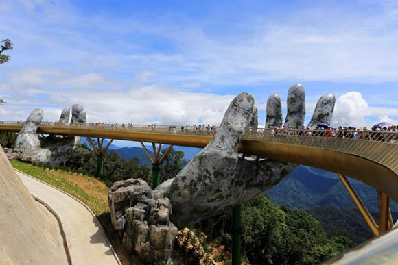 Η χρυσή γέφυρα με τα γιγάντια χέρια