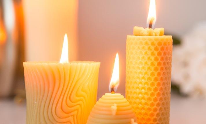 Κάτω απ' το φως των κεριών της μέλισσας