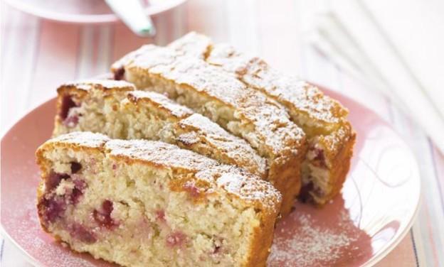 Κέικ με καρύδα, αχλάδια και μούρα