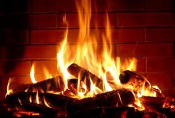 Κίνδυνοι για την υγεία αν καίτε στο τζάκι παλιά ξύλα