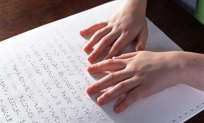 Τα σχολικά βιβλία θα μεταγραφούν στον κώδικα γραφής Braille για τους τυφλούς μαθητές