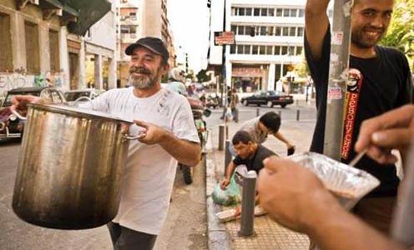 Κωνσταντίνος Πολυχρονόπουλος: Ο Έλληνας άνεργος που μαγειρεύει για 3.000 ανθρώπους τον μήνα