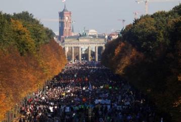 Λαοθάλασσα στο Βερολίνο στη διαδήλωση κατά του μίσους και του ρατσισμού