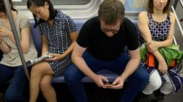 manspreading_proklitiko_flert_i_stasi_somatos_featured