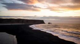 mia_asunithisti_mauri_paralia_stin_islandia_featured