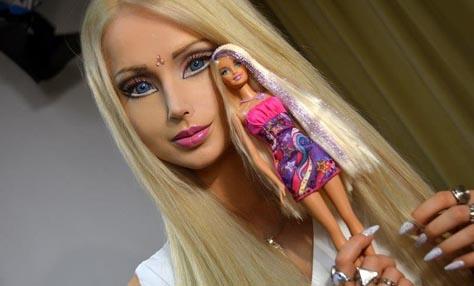 Μια πραγματική γυναίκα& στο σώμα μιας barbie