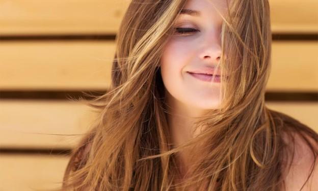 Μικρά μυστικά που κάνουν τα μαλλιά να λάμπουν από υγεία