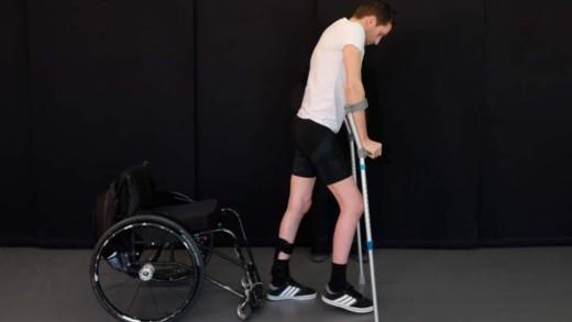 Νέο εμφύτευμα σπονδυλικής στήλης βοηθά παράλυτους να περπατήσουν