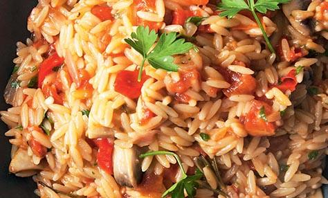 Νηστίσιμες συνταγές: Κριθαράκι με μανιτάρια, πιπεριές και δεντρολίβανο