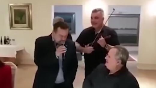 Ο Σέρβος ΥΠΕΞ τραγούδησε το «Μη μου θυμώνεις μάτια μου» στον Νίκο Κοτζιά
