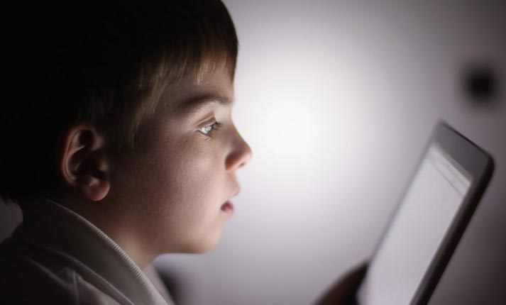 Οι πολλές ώρες μπροστά στην οθόνη επηρεάζουν τον εγκέφαλο των παιδιών