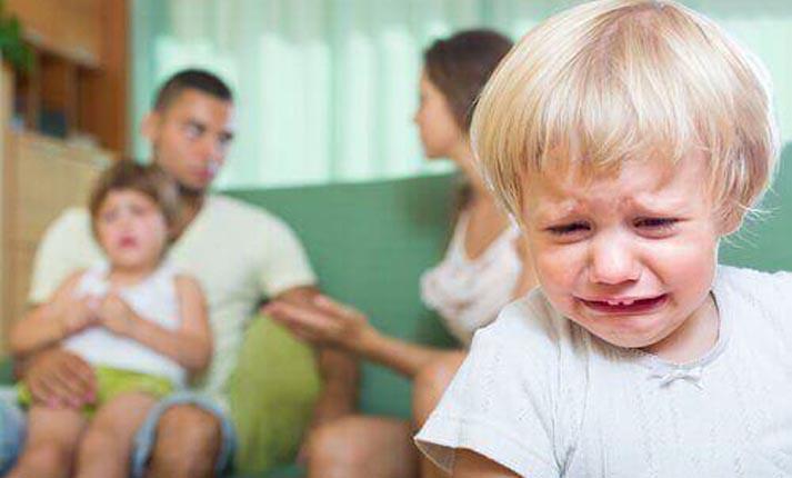 Οι συνέπειες του να τσακώνεστε μπροστά στο παιδί σας