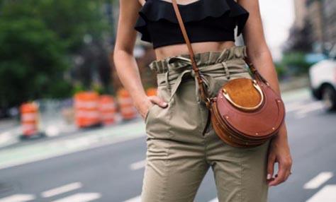 Paper bag pants: Η τάση που θέλει τα παντελόνια πιο άνετα από ποτέ