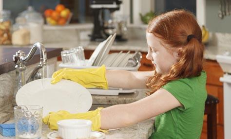 Πώς να μάθετε στα παιδιά να βοηθούν στις δουλειές του σπιτιού
