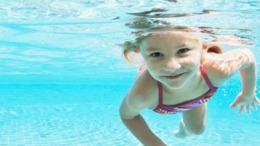 Πώς να μάθετε στο παιδί σας να κολυμπάει σωστά