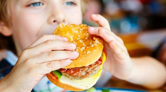 Πώς να περιορίσουμε τα χημικά από τη διατροφή των παιδιών μας;