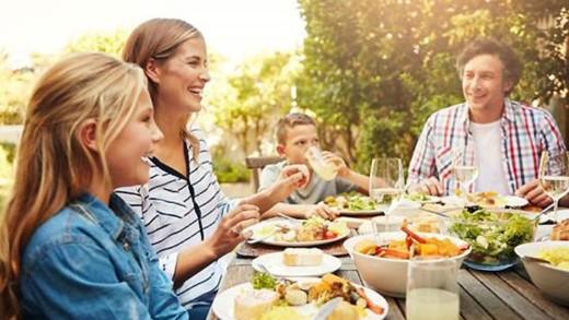 Πώς τα οικογενειακά γεύματα συμβάλλουν στην ψυχοκοινωνική ανάπτυξη των παιδιών