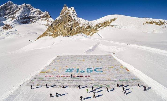 Ρεκόρ Γκίνες για τη μεγαλύτερη καρτ-ποστάλ πάνω σε έναν παγετώνα