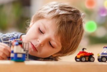 Tι συμπτώματα αυτισμού που παρουσιάζει ένα παιδί ανάλογα με την ηλικία του;