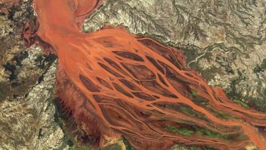 Το «κόκκινο» ποτάμι της Μαδαγασκάρης