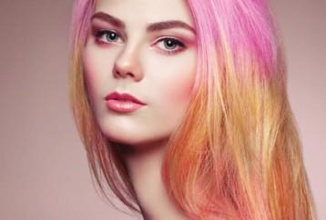 Τρόποι για να κάνετε ανταύγειες στα μαλλιά σας με τρελά χρώματα