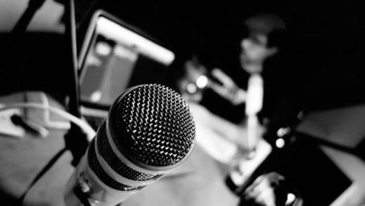 Βοηθάει να παρακολουθεί κάποιος ακουστικά προγράμματα; (podcasts)