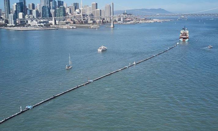 Wilson, ο πλωτός σωλήνας που καθαρίζει τον Ειρηνικό από πλαστικά σκουπίδια